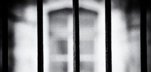 VOILÀ QUE SAUTE LA PORTE DE VOTRE PRISON…